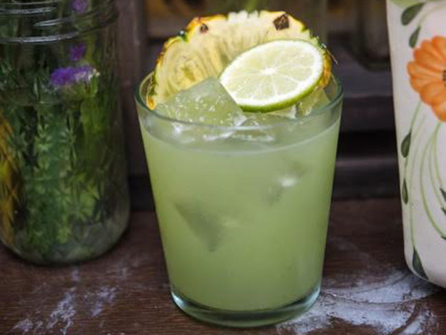 Kale and pineapple caipirnha